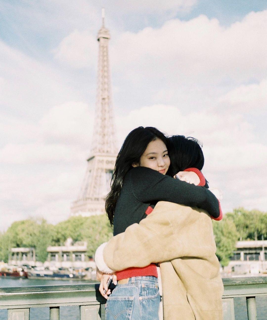 母亲节JENNIE晒与妈妈合照 埃菲尔铁塔下亲密拥抱
