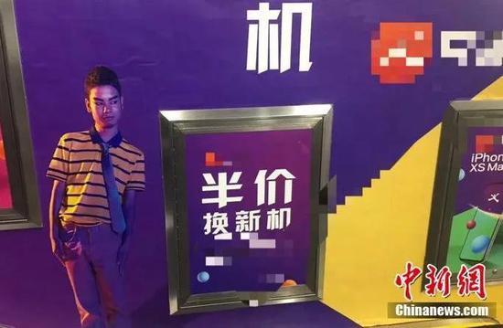 地铁站内,吴正强为某app代言广告。原料图