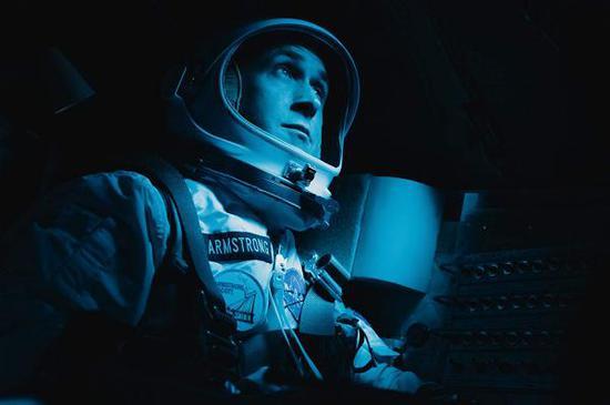高斯林在《登月第一人》里饰演阿姆斯特朗,不过这位来自加拿大的演员,正在遭受一些美国民众的攻击