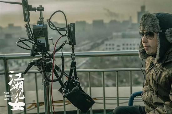 《江湖儿女》拍摄片场的贾樟柯