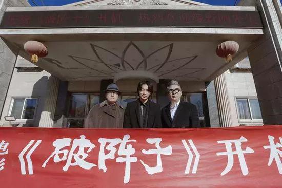 现场,绫野刚入乡顺俗了一把,烧香拜佛添收红包,象征电影开机顺当。