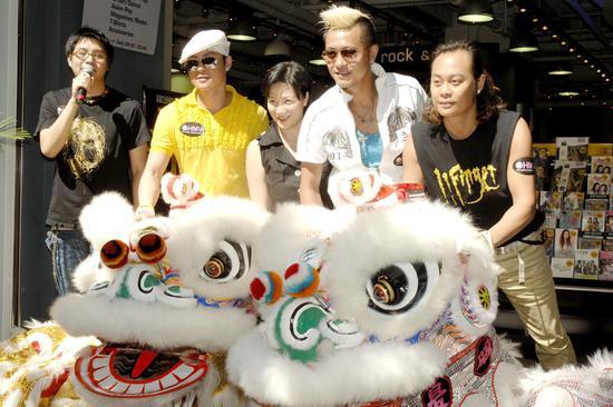 2006年6月24日草蜢笑队出席香港尖沙咀HMV新店开幕仪式 图/视觉中国