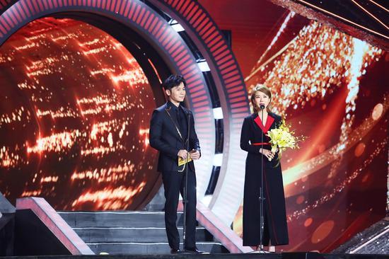演員李晨和顏丹晨頒發最佳男主角獎。