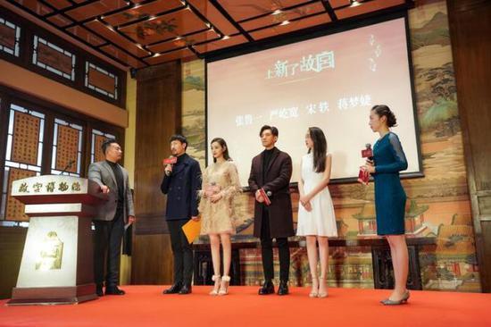 張魯一(左二)、宋軼(左三)、嚴屹寬(右三)、蔣夢婕(右二)