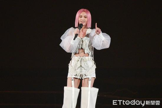 杨丞琳演唱会出意外 高台踩空导致手脚擦伤