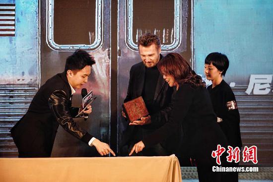 连姆·尼森对于刻有自己中文名字的印章爱不释手