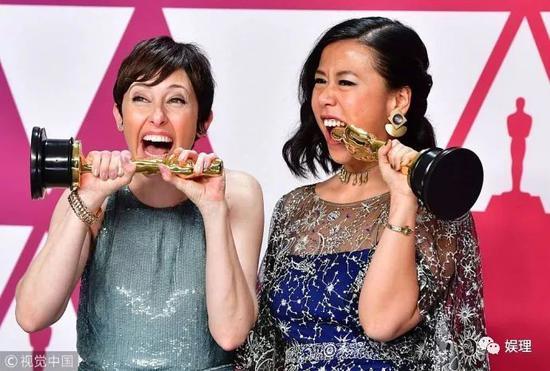 在後臺差點吃掉小金人的華裔導演石之予和製片人貝基·內曼
