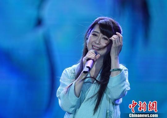 歌手孟庭苇演唱《羞答答的玫瑰静悄悄地开》。 刘忠俊 摄