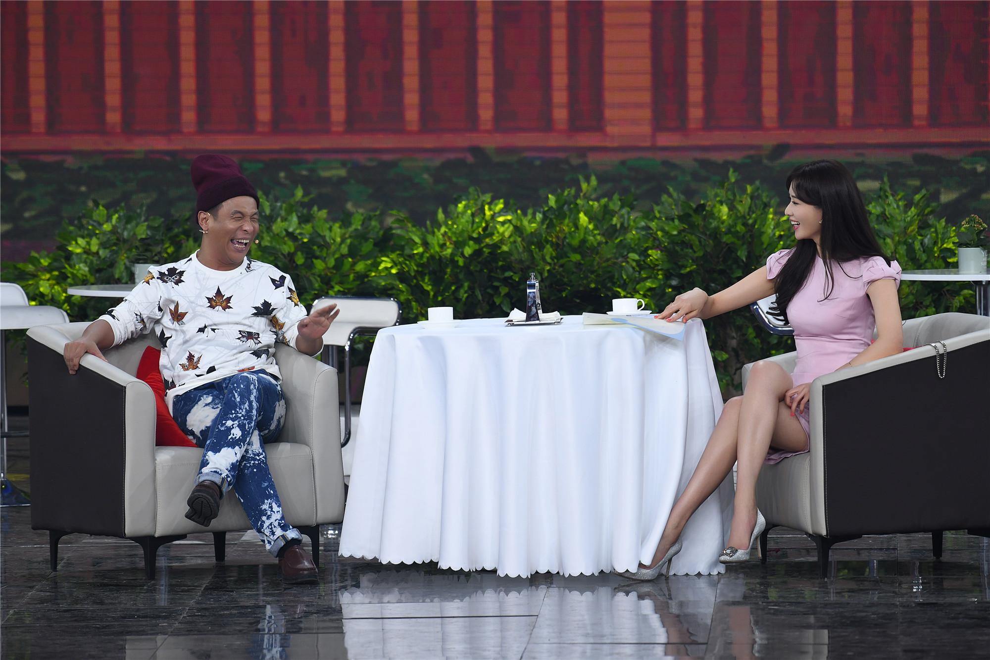 """宋小寶與林志玲搭檔出演小品挑戰""""方言""""。"""
