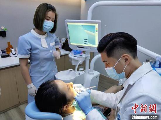 9月4日,许君豪为患者治疗。 王鹏 摄