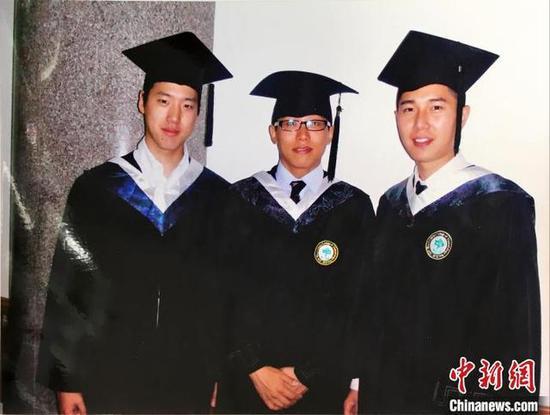 2011年,许君豪(右)从四川大学华西口腔医学院毕业。受访者供图