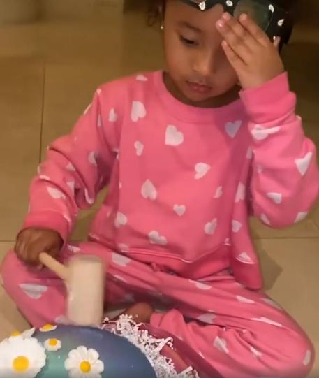 瓦妮莎晒女儿敲彩蛋画面