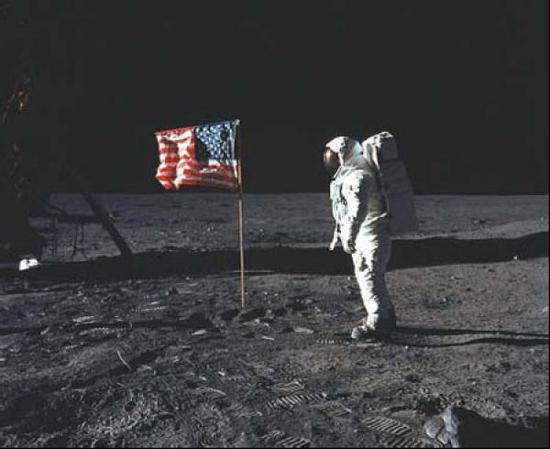 """""""登月第一人""""阿姆斯特朗在月球上插下美国国旗 图片来自NASA官网"""