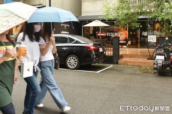 罗志祥潮牌店中午开门近一小时左右,仍无顾客上门。(图/记者张一中摄)