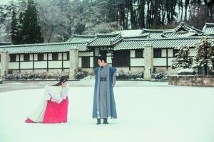 圖片   《步步驚心》裏八爺和若曦在雪地牽手漫步的經典場面,韓版改編成女主角踩着八王子的腳印前行。