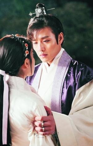 姜河那展現了八王子溫文儒雅的一面