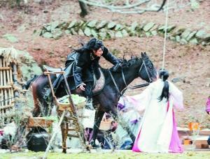 中韓兩版《步步驚心》男女主角的初遇都是男主角在大街上騎馬差點撞到女主角。