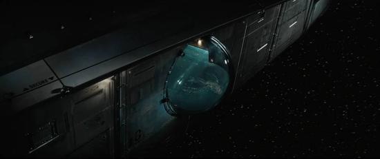 可是下一秒,太空船就出现了故障,飞船内进入失重状态。