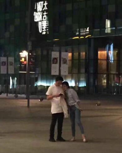 看照片发现豆得儿全程都栓着王思聪,两人有说有笑关系亲密无间。