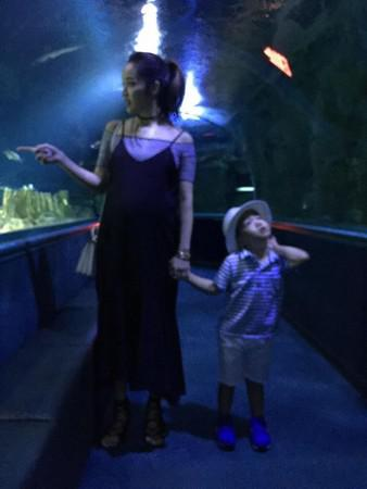 侯佩岑挺孕肚和兒子逛水族館
