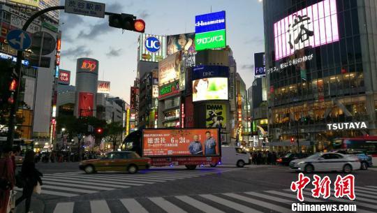 在日本繁華街頭澀谷的宣傳車 呂少威 攝