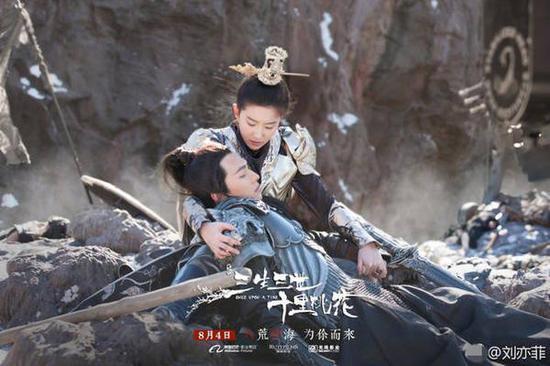 刘亦菲晒男装照英姿飒爽 却被亲妈吐槽了