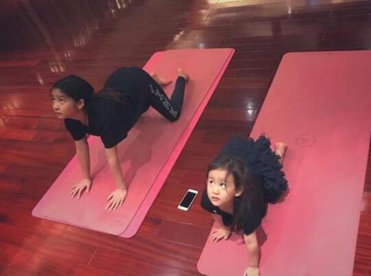 多多和妹妹练瑜伽动作同步超可爱 黄磊却被嫌弃