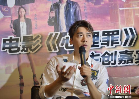 图为:李易峰在杭州路演现场接受媒体采访。李晨韵摄