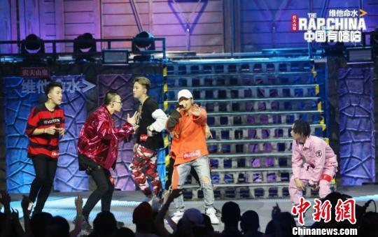 图为:《中国有嘻哈》选手表演现场。资料图摄