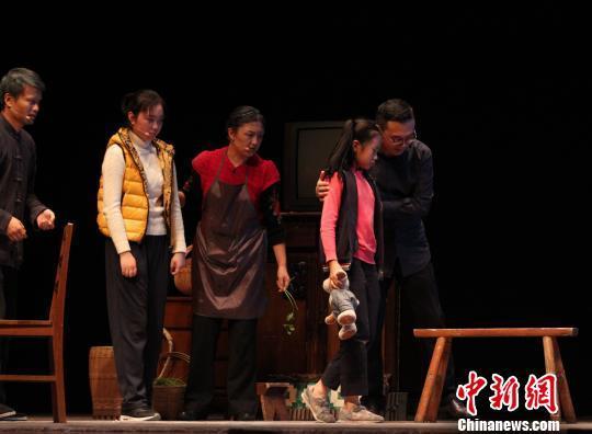 原创互动体验心理剧《小艺的故事》11日晚在北京梅兰芳大剧院上演,图为当晚嘉宾郎永淳(右)在台上参与表演。 惠迪吉 摄