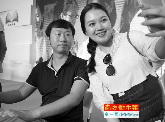 """昨日,在南国书香节上,微博大V""""博物君""""张辰亮(左)被粉丝拉着合照。"""
