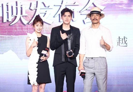 李易峰电影里饰演警队实习生方木,廖凡则给他颁发了最佳实习生奖杯