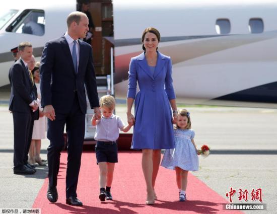 資料圖:當地時間2017年7月19日,德國柏林,英國威廉王子攜凱特王妃以及他們的孩子喬治小王子、夏洛特小公主抵達德國進行訪問。