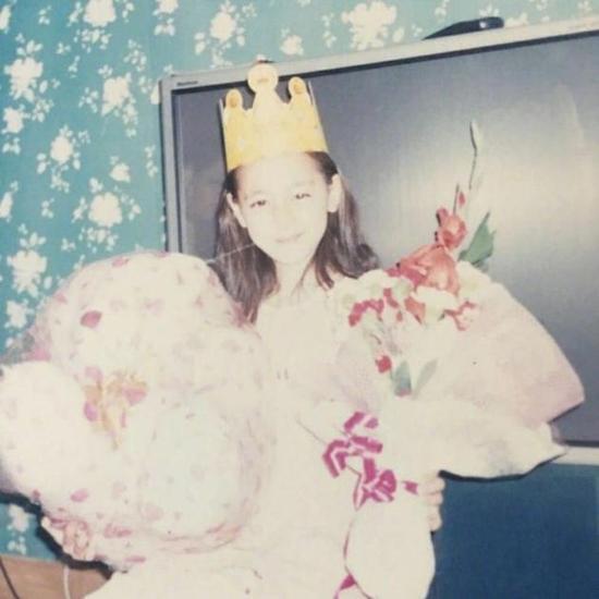 迪丽热巴儿时生日照超萌 身后电视曝光白富美身份