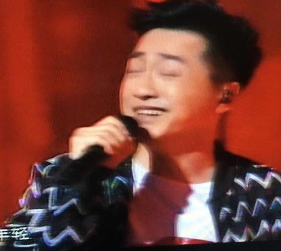 庾澄庆被吴莫愁抓拍表情包:闭眼唱歌自我陶醉