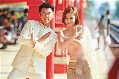 """郑恺在剧中塑造了一个为爱走天涯的好男人,袁姗姗则要挑战""""作女"""",这种人设是她的一次冒险。"""