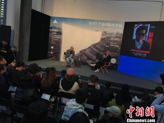 在一个多小时的对谈中,知名电影人魏君子与吴宇森畅聊《英雄本色》、《喋血双雄》两部带有吴宇森烙印的电影。 胡健 摄