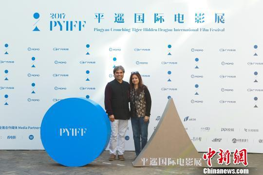 平遥国际电影节-《缘断仰光桥》导演Vishal Bhardwaj及妻子在发布会。主办方提供