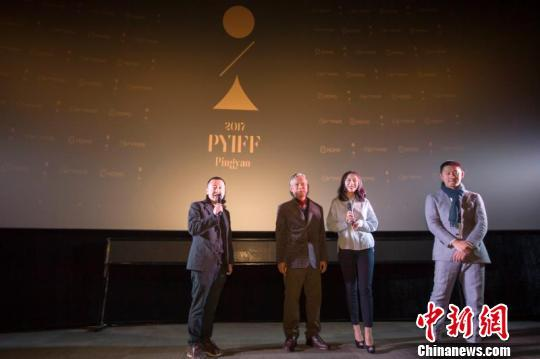 贾樟柯携《米花之味》导演鹏飞、女主英泽和摄影师廖本榕亮相首映交流会。 张云 摄