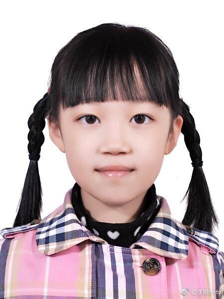 村长李锐晒女儿证件照 皮肤白嫩浓眉大眼超秀气