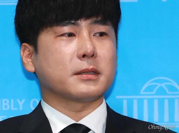 """具浩仁在记者会上激动落泪,表示通过""""具荷拉法"""",是他能给妹妹具荷拉的最后一份礼物。"""