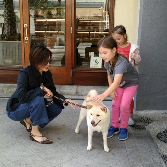 关之琳遛狗吸引到小朋友
