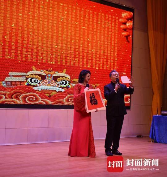 于月仙和金牌主持人魏瑞峰共同主持赴三沙市慰问演出.