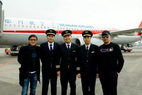 电影《中国机长》导演刘伟强、主演张涵予与中国民航英雄机组合影 片方供图