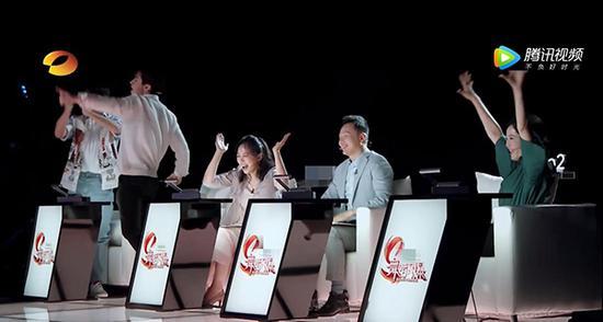 四组评委共有四票。获得三票以上,晋级;两票,待定;一票及以下,淘汰