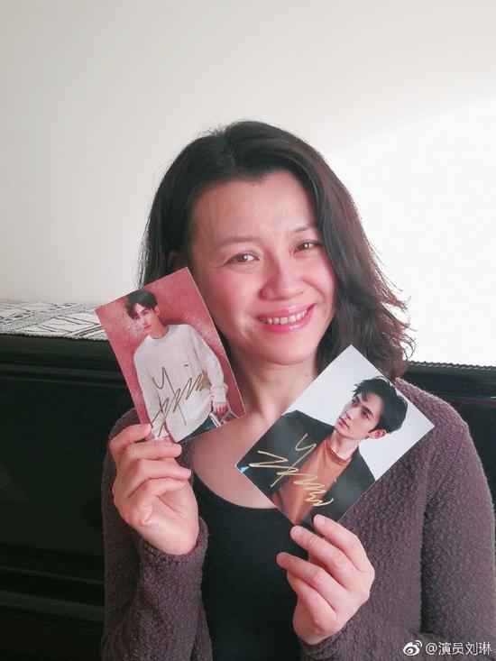 刘琳在微博晒朱一龙签名照。