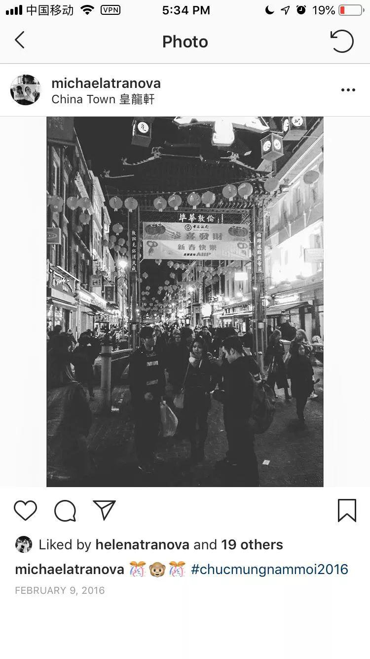 "Michaela在一张去伦敦唐人街的照片中,用越南语发文称""新年快乐""。图片来自其Instagram账号"