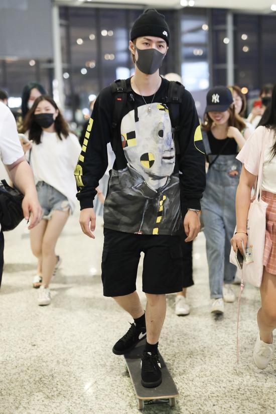 评论:王一博机场玩滑板 耍帅也得有个度