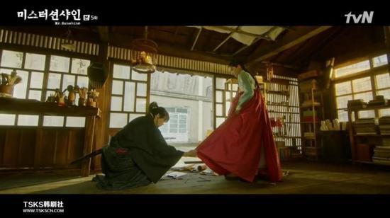 本剧中,这个黑龙会京城支会的会长也被放置到了异常尴尬两难的境地。