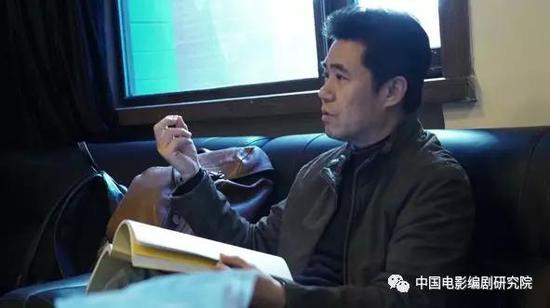 图为文学系教师庄宇新发言